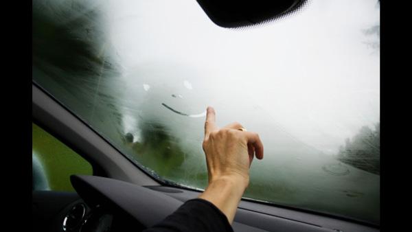 เคล็ดลับกำจัดฝ้าหน้ากระจกรถยนต์